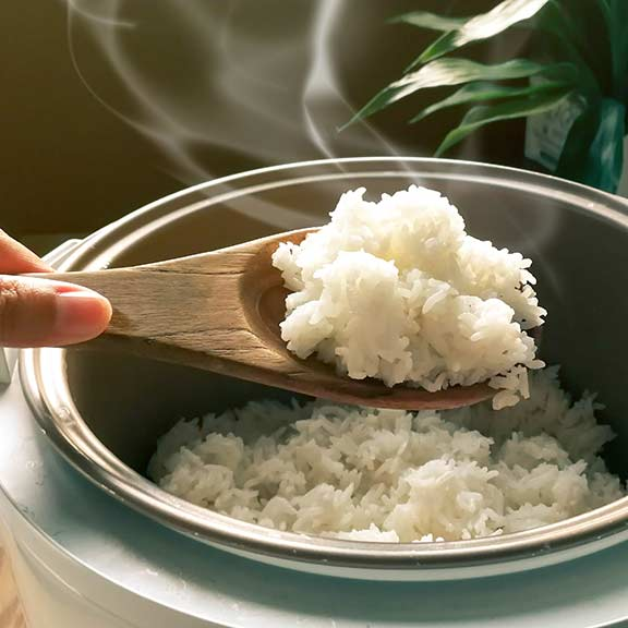 rice cooker with steaming rice sq